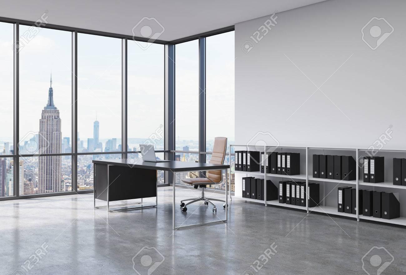 Ufficio Del Lavoro In Nero : Un posto di lavoro ceo in un moderno angolo ufficio panoramico nella