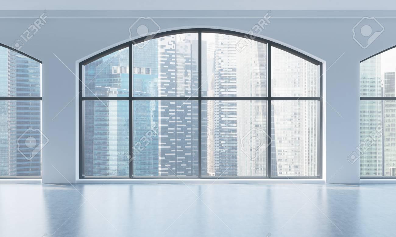 Un interno loft moderno luminoso e pulito vuoto enormi finestre