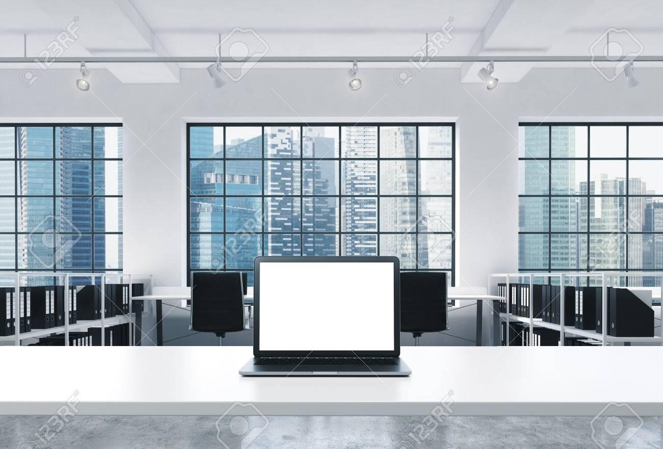 Ufficio Moderno Foto : Un posto di lavoro in un luminoso ufficio moderno open space loft