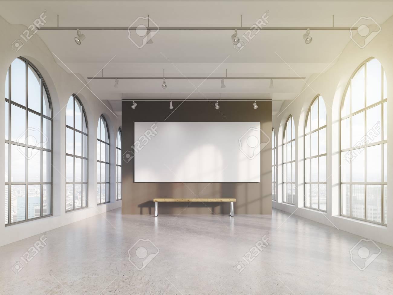 Espaciosa Sala Vacía Con Enormes Ventanas Romanos En Dos Partes Con