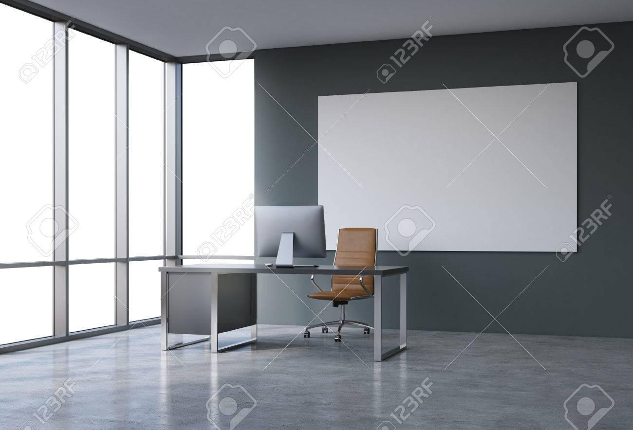 Spacieux bureau vide dans un gratte ciel fenêtre française au