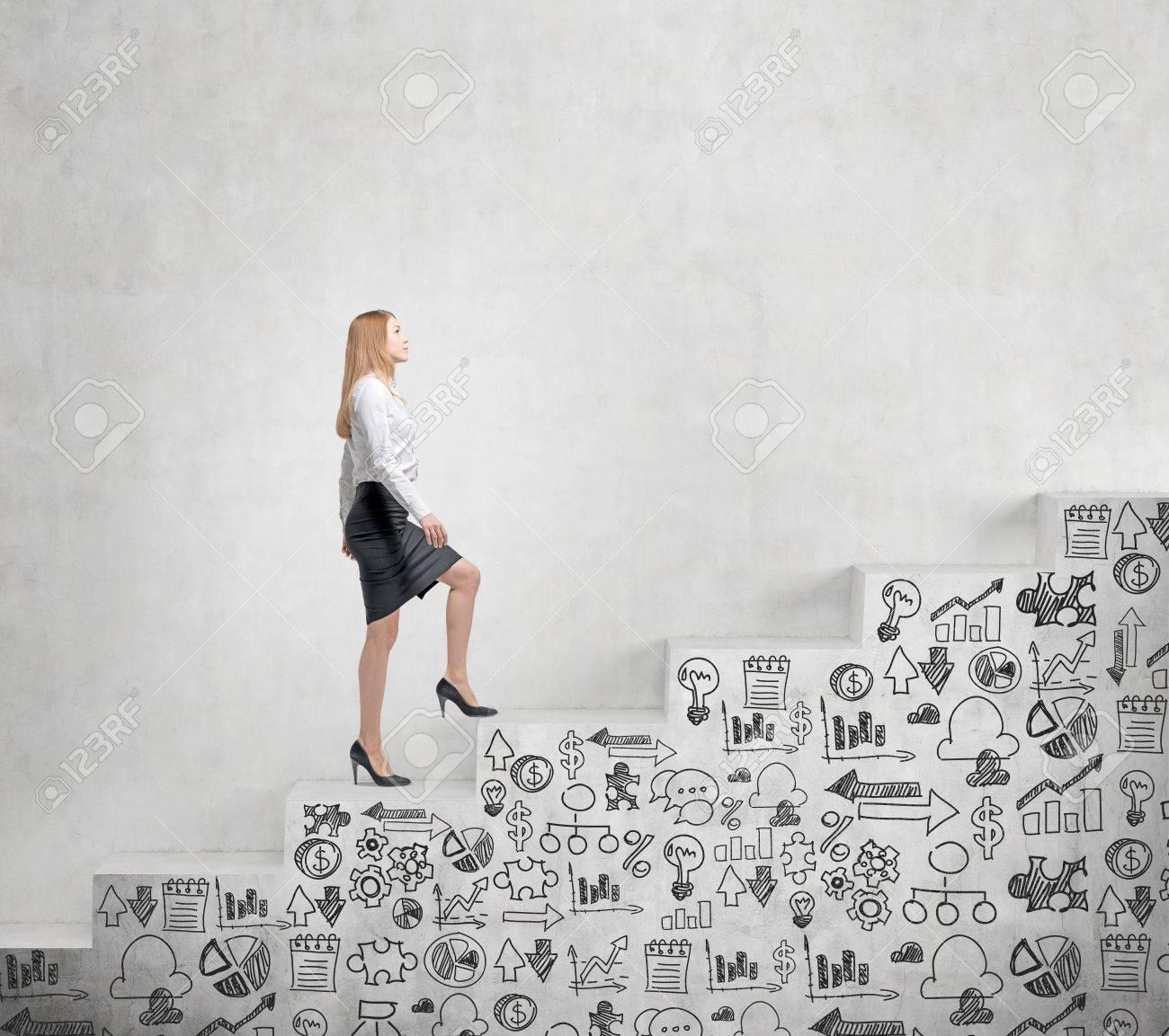 着実に上がっている若い実業家、コンクリート壁に沿って上に描かれた ...