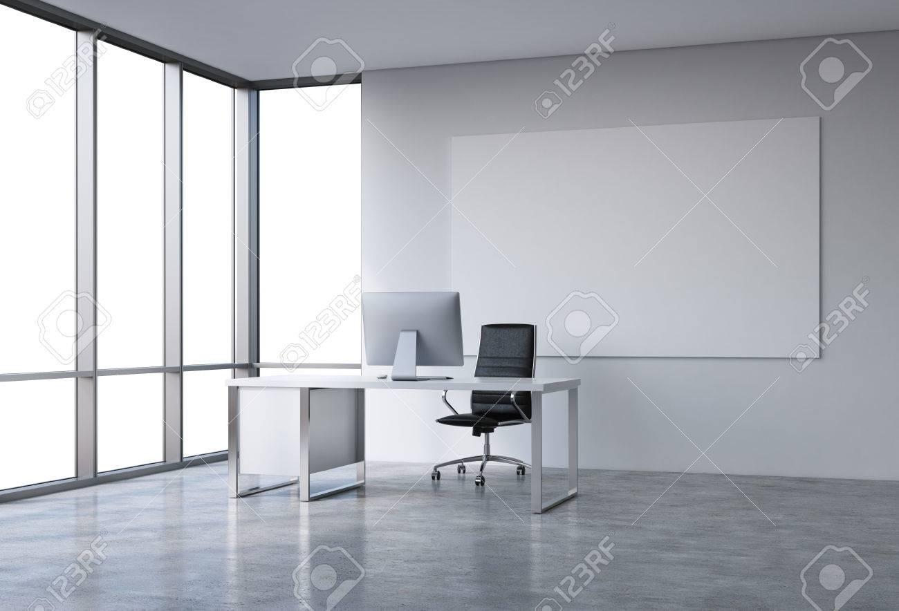 Vide bureau spacieux dans un gratte ciel fenêtre française à