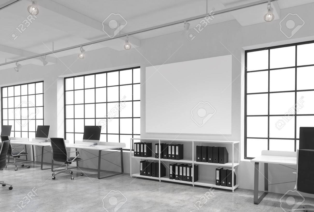 Open space de grandes fenêtres des tables avec des ordinateurs