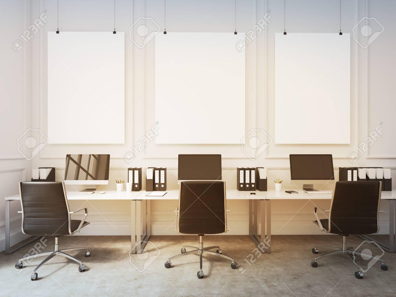 Un Bureau Ouvert Des Tables Avec Des Ordinateurs Disposes Le Long Du Mur Des Ouvriers Se Faisant Face Trois Planches Vierges Sur Le Mur Concept De