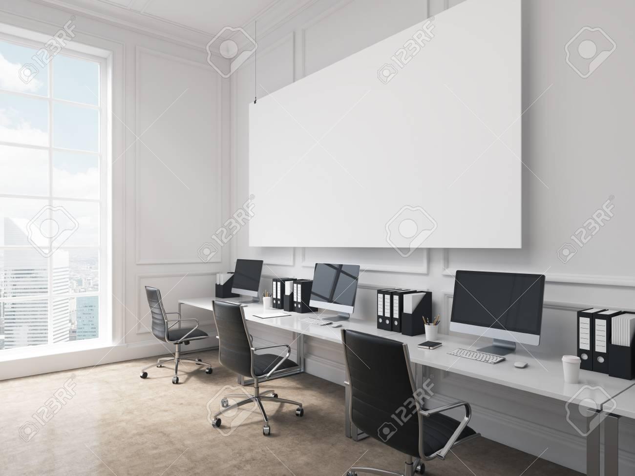 Un bureau espace ouvert des tables avec des ordinateurs disposés le