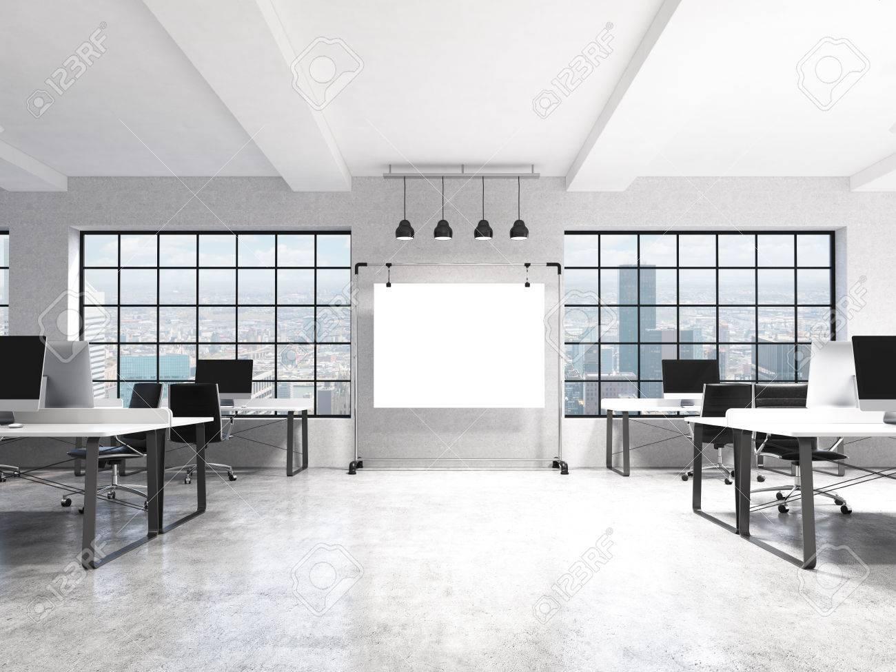 Deux rangées de tables d ordinateur dans un bureau moderne à aire