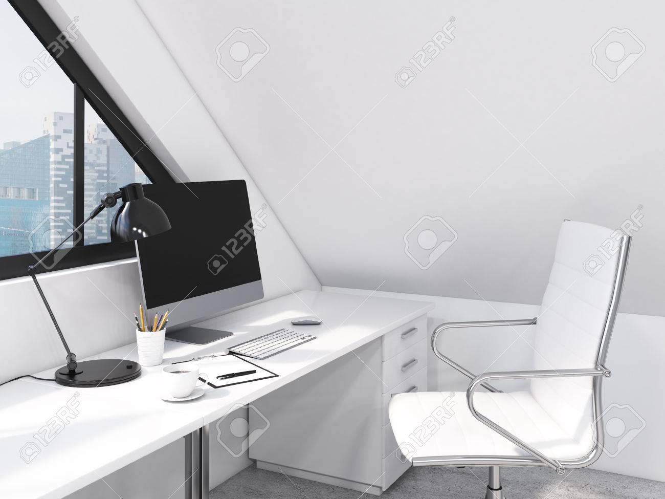 En milieu de travail dans le bureau ordinateur clavier souris