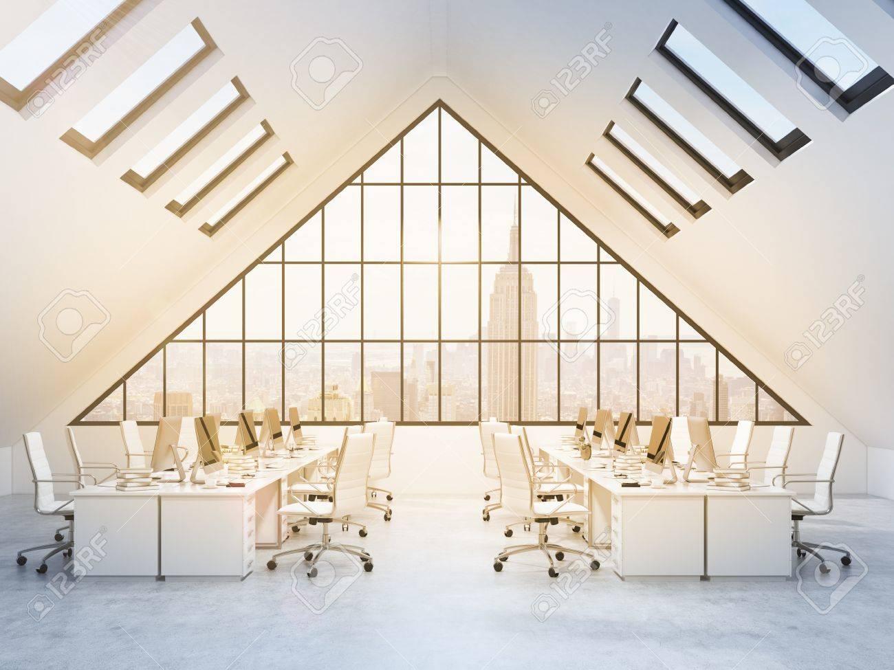 Wunderschön Weisse Stühle Sammlung Von 51986287-vier-reihen-von-tischen-putern-und-sachen-in-einem-büro-auf-dem-dachboden- Weiße-stühle-große-dreiecksfens.jpg