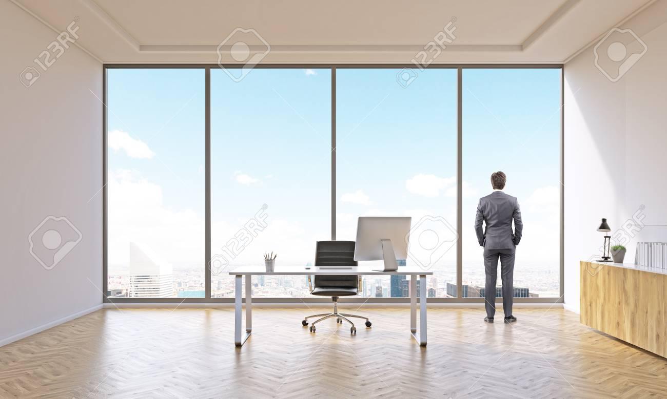 Homme daffaires dans le bureau pour une avec table et étagère