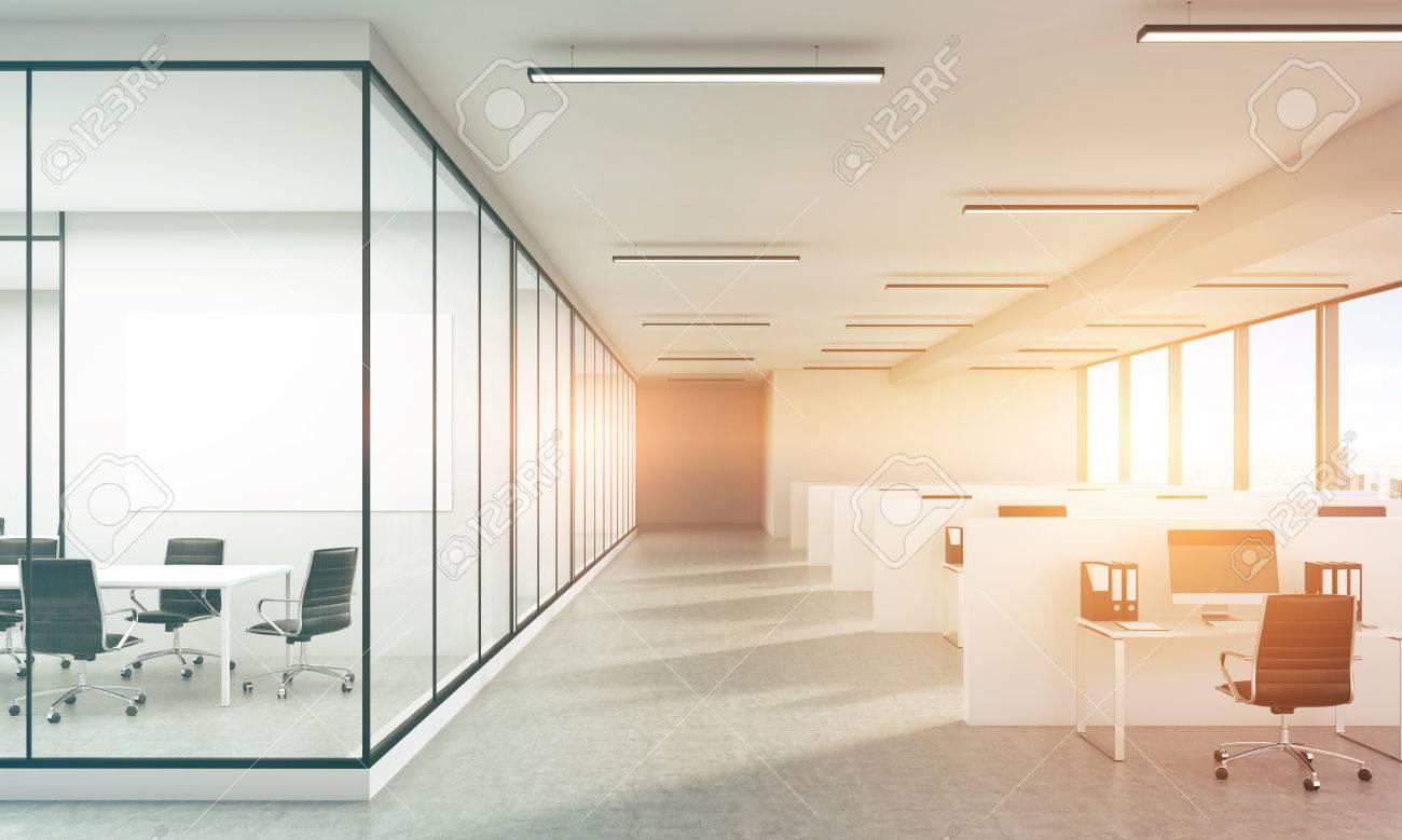 Intérieur de bureau en béton avec tableau blanc vierge et lumière du