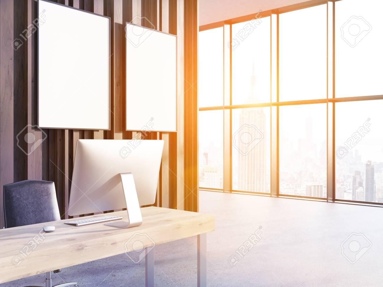 Büro-Interieur Mit Computern Auf Schreibtisch Aus Holz, Zwei Leeren ...