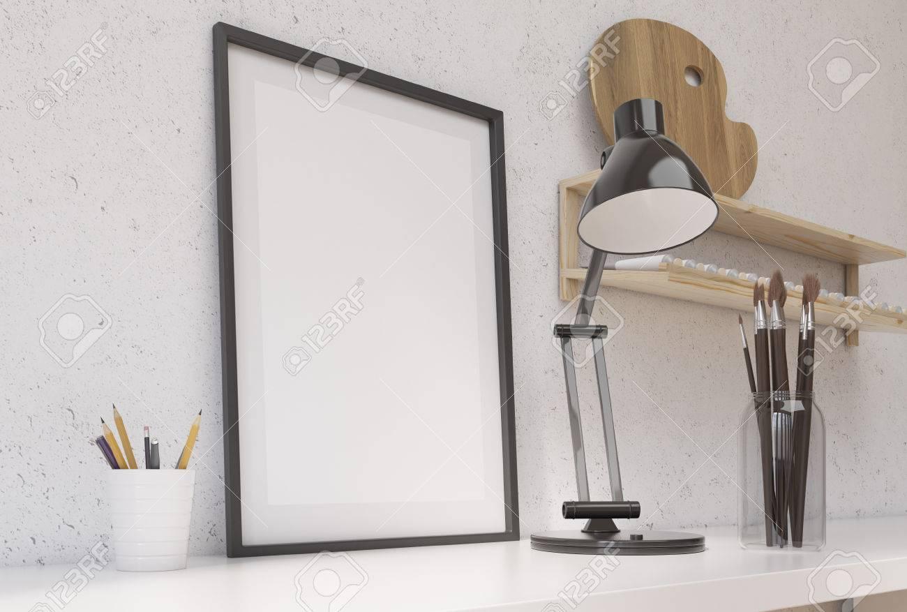 Vue de côté de bureau blanc avec blanc cadre photo brosses