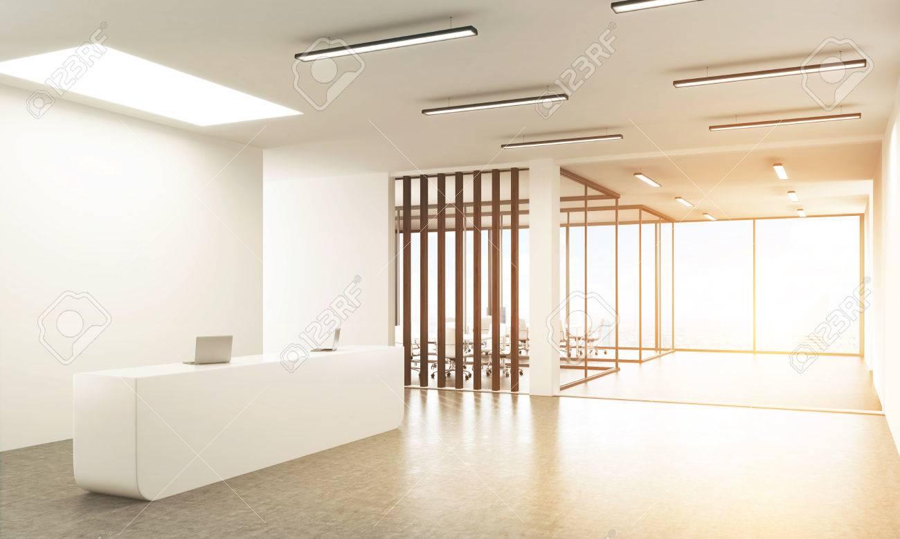 Béton hall de bureau avec des ordinateurs portables sur blanc stand