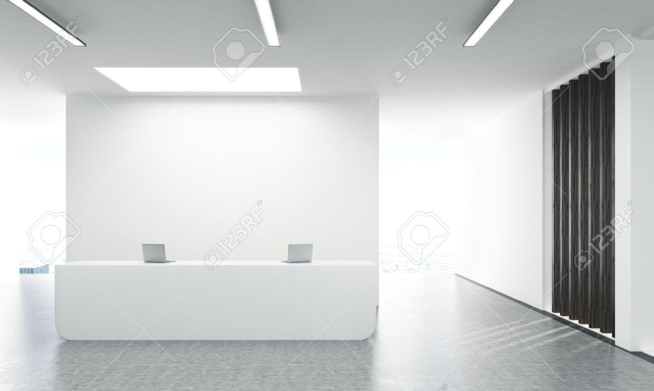 Frontansicht des beton lobby büro mit laptops auf weißem empfang
