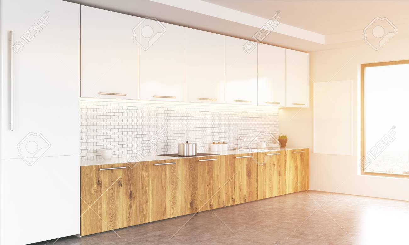 Vista laterale del bianco e interni in legno cucina con lavagna vuota,  finestra con vista sulla città, frigo e pavimento in cemento. Immagine  tonica. ...