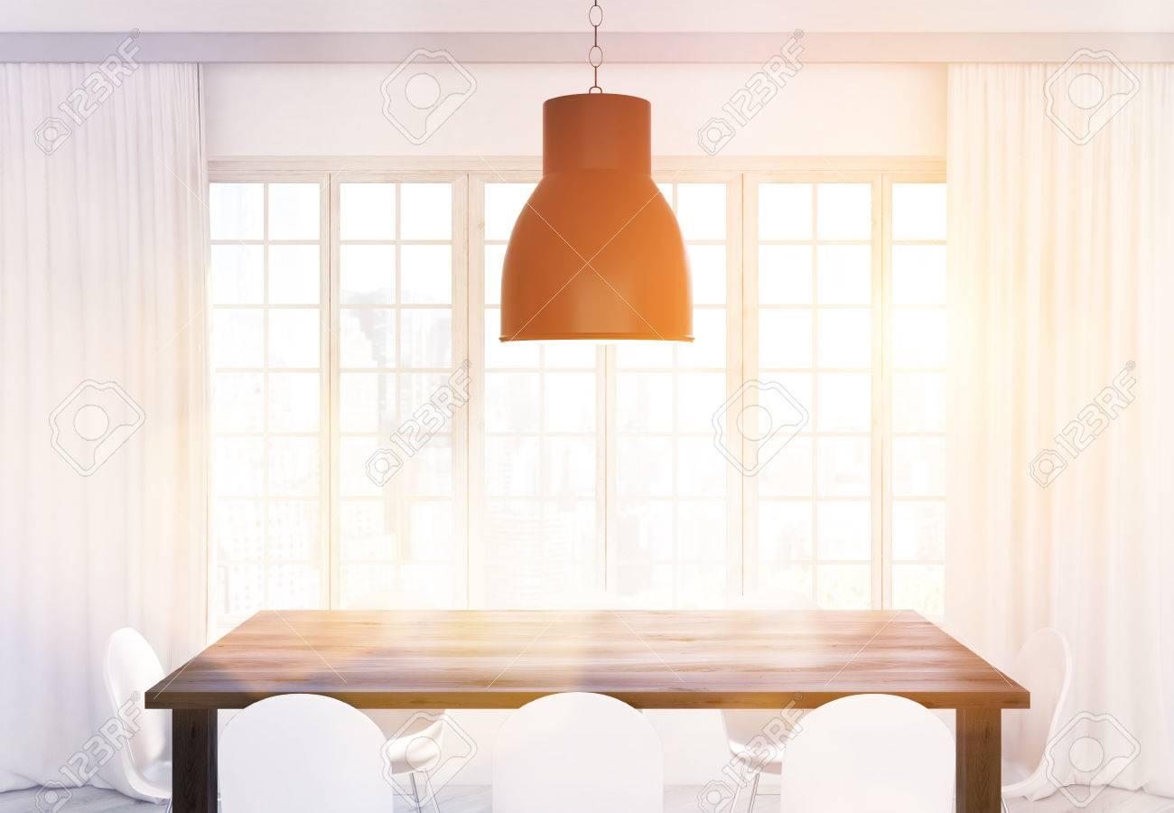 Plafonnier Table De Cuisine En Bois Et Chaises Blanches Devant La