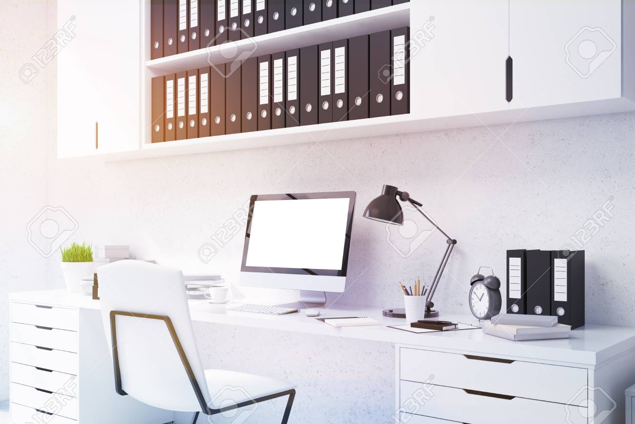 Gros plan d ordinateur de bureau avec le blanc écran blanc
