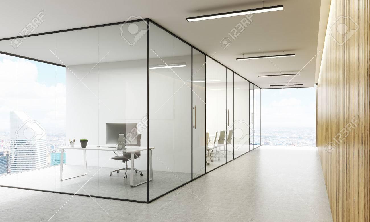 Vue de côté de l intérieur de bureau avec tableau blanc vierge