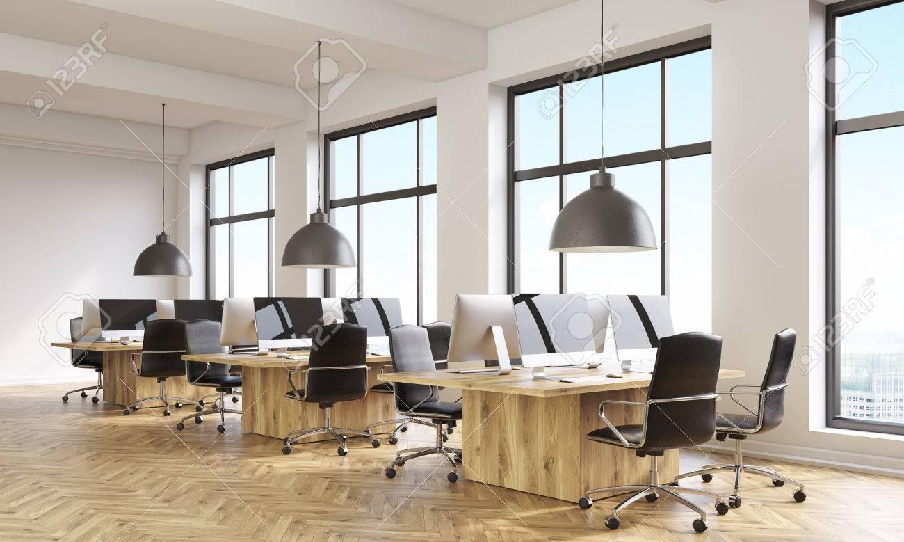 Vue latérale de l intérieur du bureau de coworking avec des