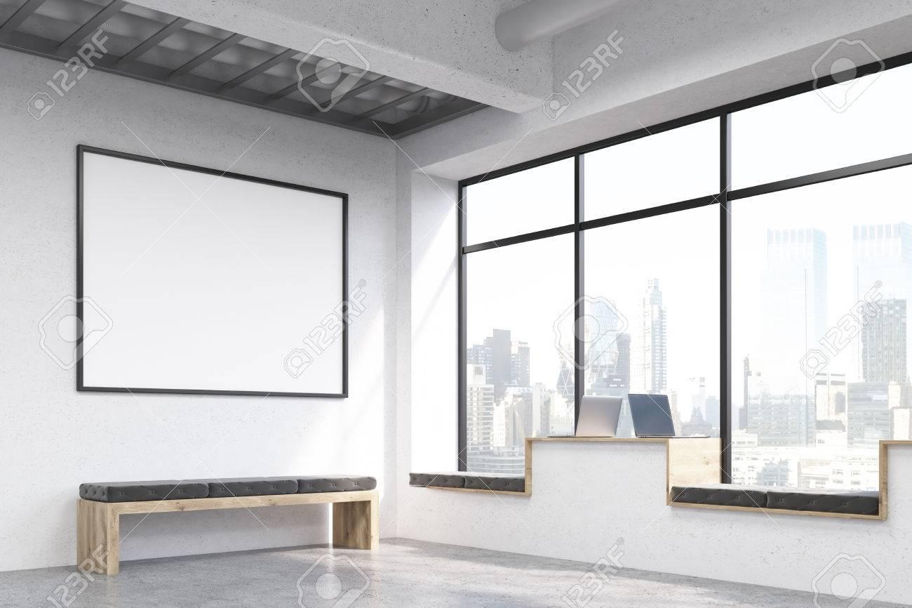 Seitenansicht Des Modernen Hipster Fenster Arbeitsplätze In Beton ...