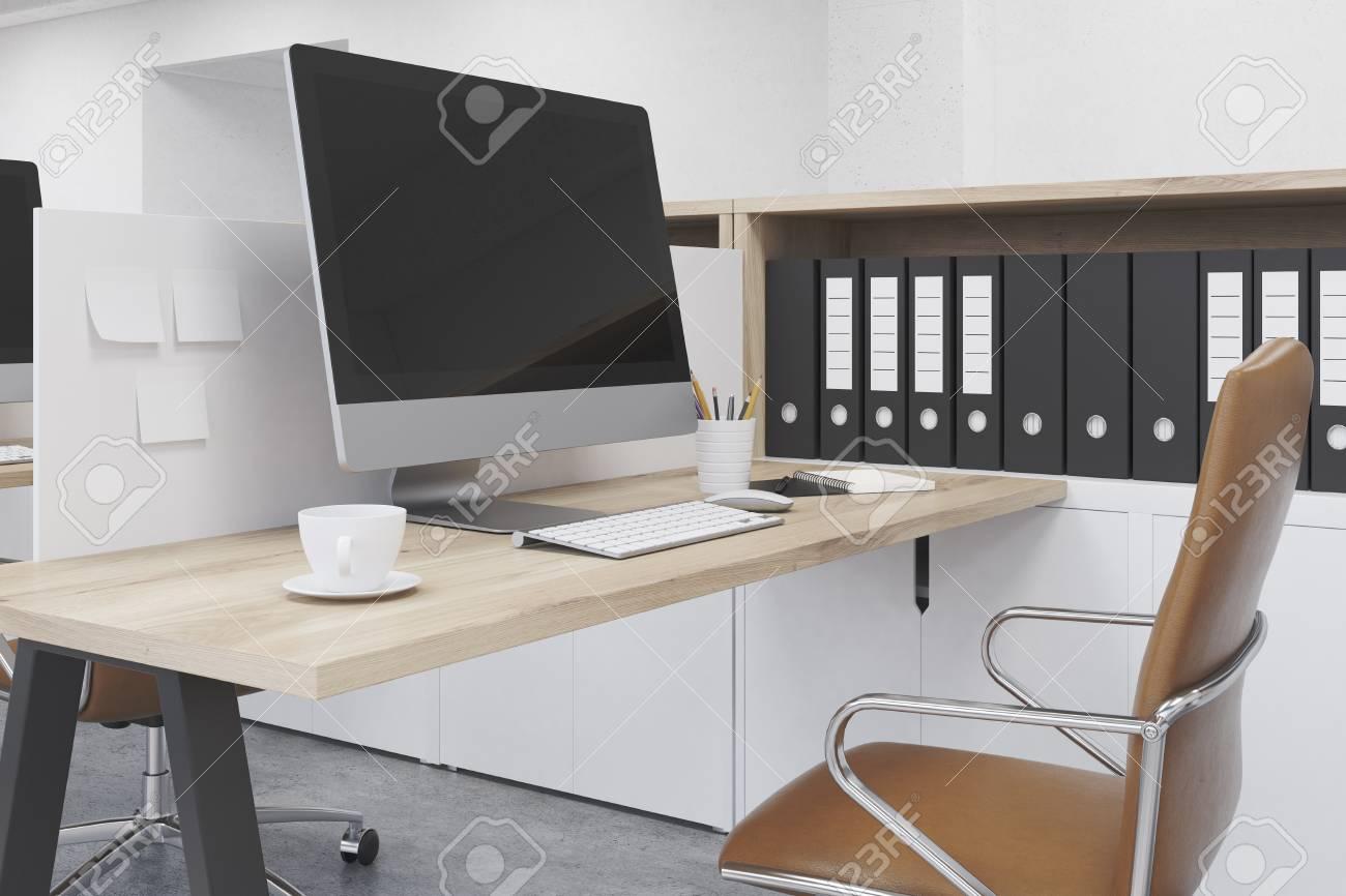 Espace de travail moderne au bureau. Ordinateur sur la table. Dossiers sur  l\'étagère. Concept de travail. Rendu 3D Maquette