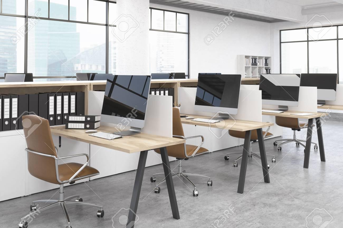 Moderne salle de bureau avec plusieurs tables et ordinateurs