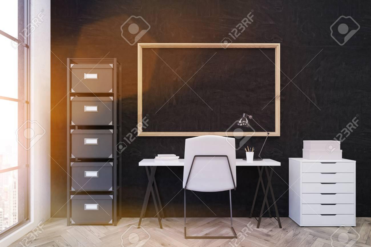 Lieu de travail dans le bureau moderne videz la pièce avec la