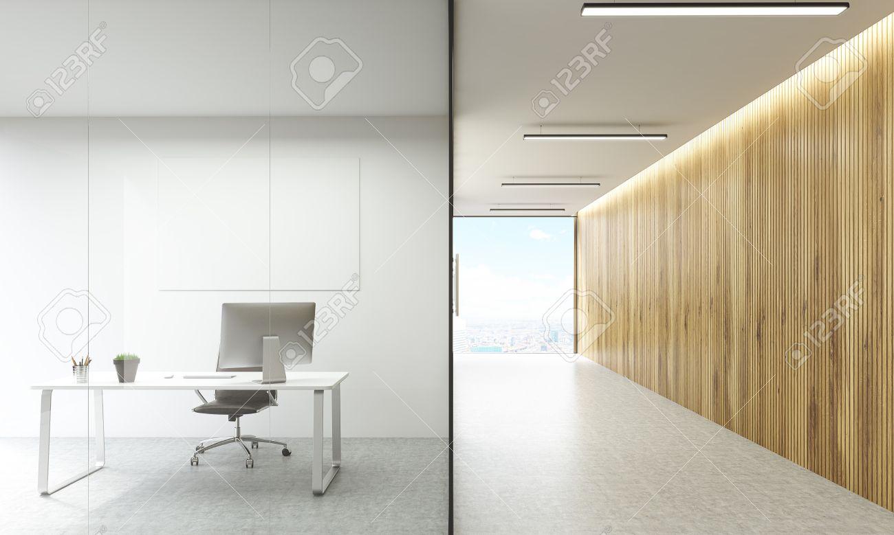 Bureau avec tableau blanc vierge derrière les portes en verre et