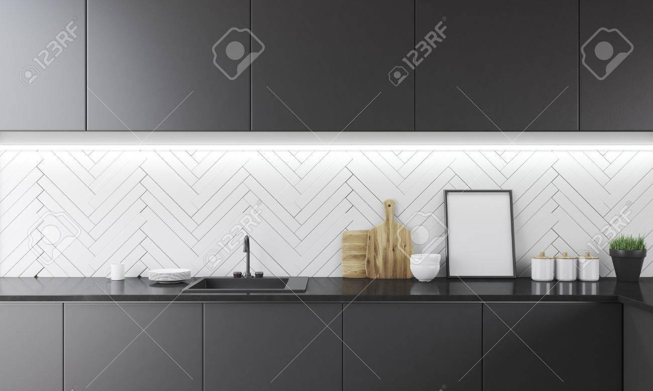 Küchentheke Mit Spülbecken, Schneidebretter, Schüsseln Und Gläser ...