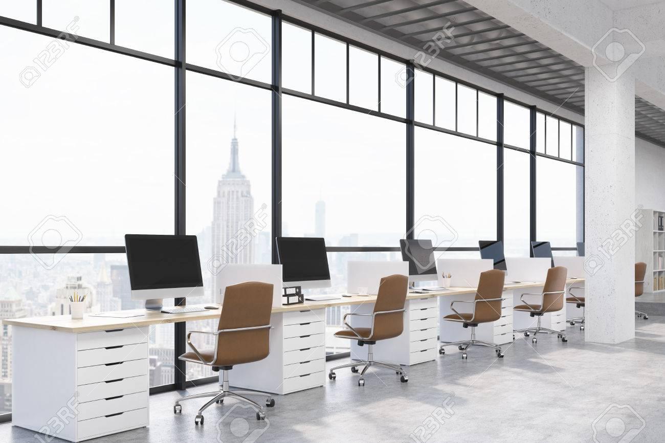 Oficina De La Ciudad De Nueva York Con Ordenadores Y Escritorios ...