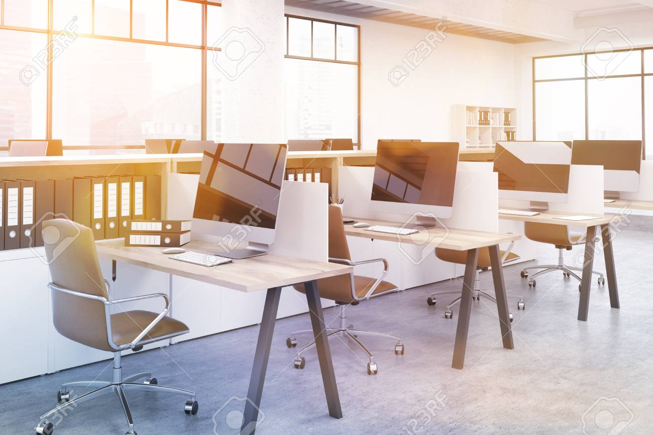 Salle de bureau moderne avec plusieurs ordinateurs sur tables