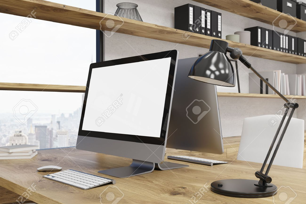 Computertisch Im Modernen Büro New York. Fenster, Regale Von Seiner Seite.  Lampe Auf