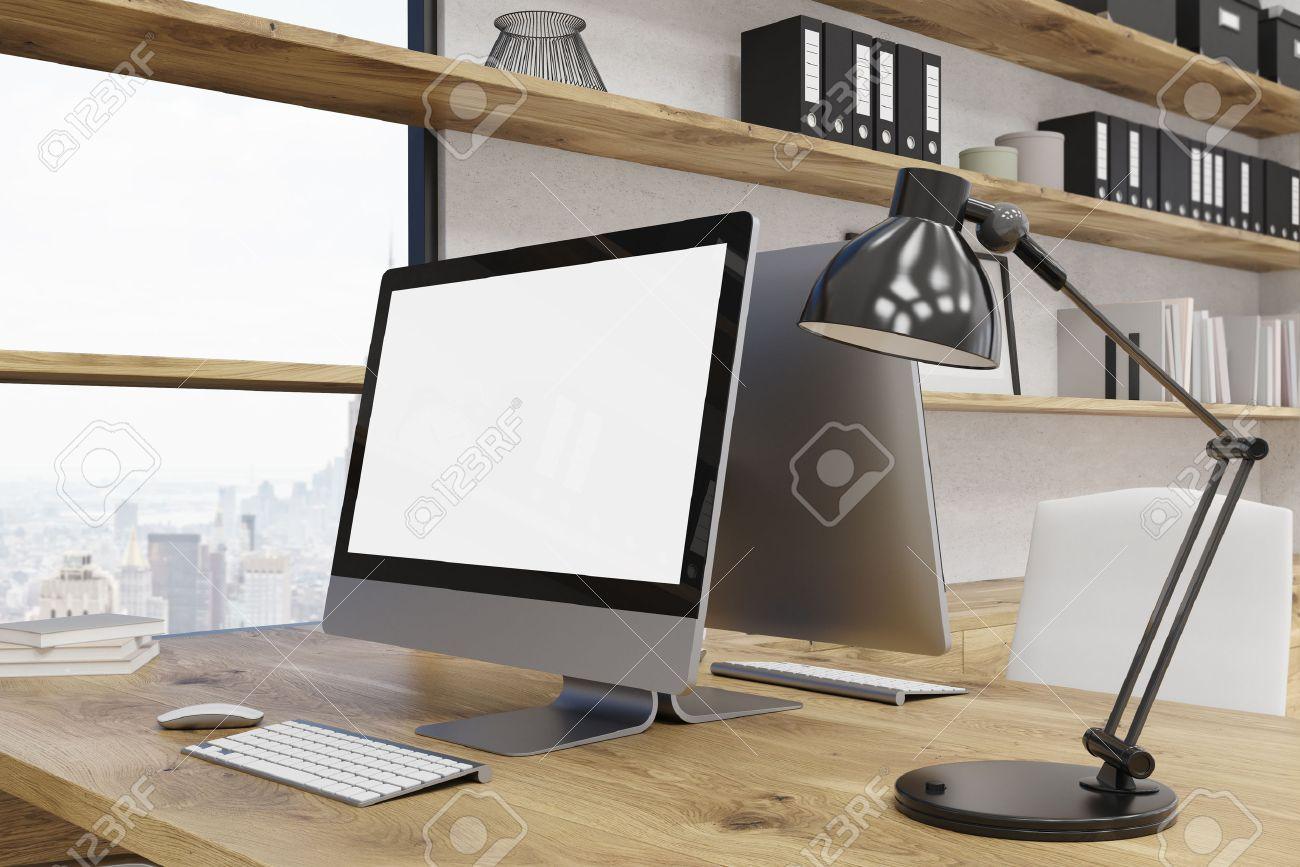 Table d ordinateur au bureau moderne de new york fenêtre