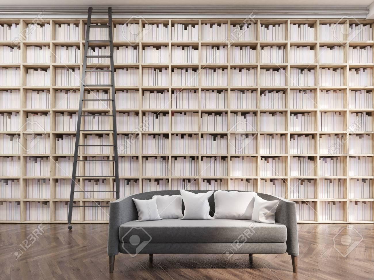 Gemütliches Haus Bibliothek In Der Modernen Wohnung. Hohe Bücherregale,  Leiter Und Grau Sofa