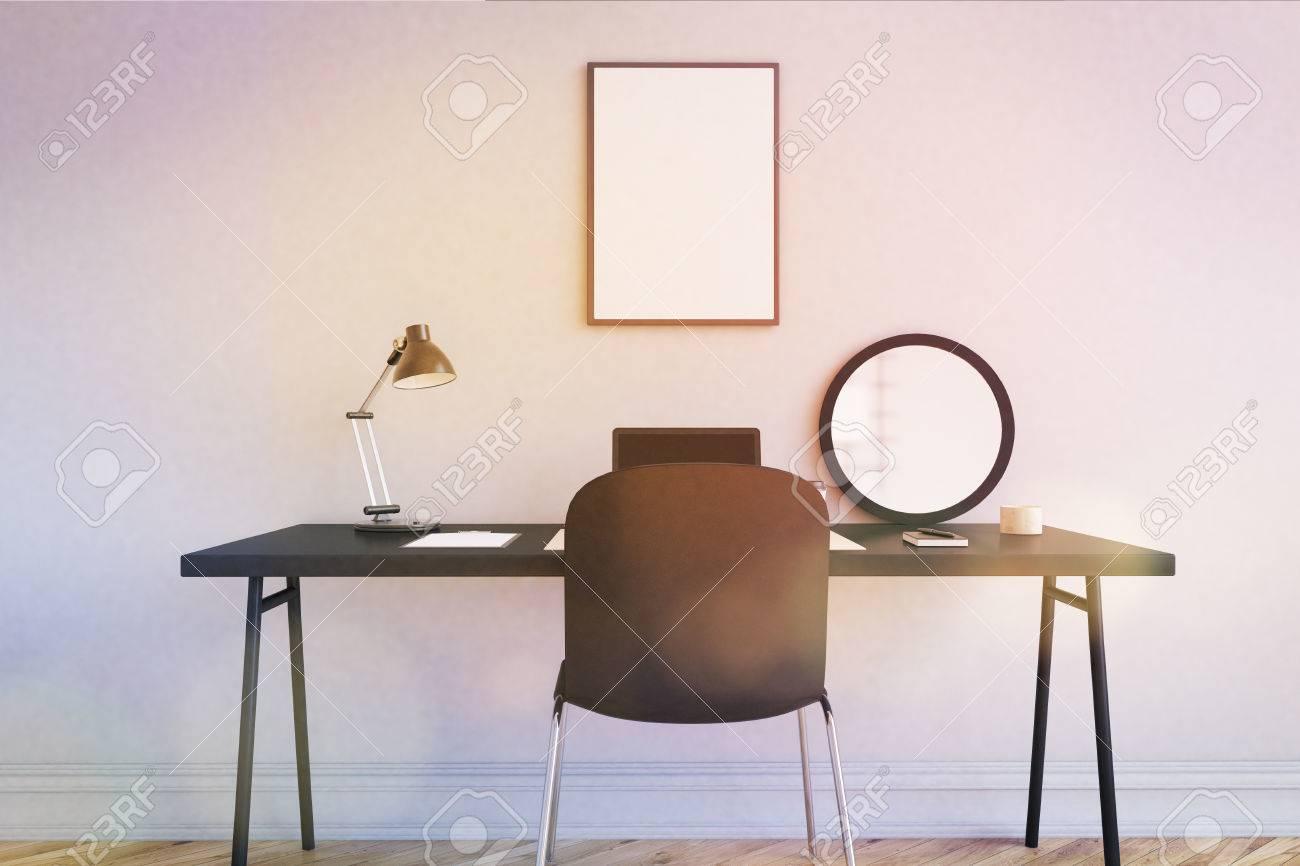 En milieu de travail dans le bureau de la maison moderne table et