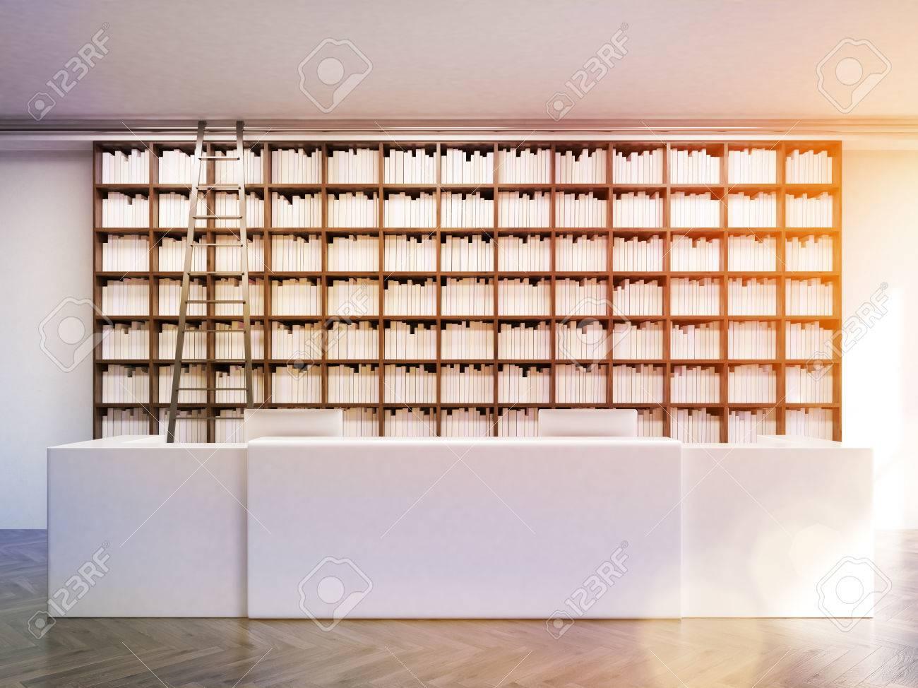 Genial Moderne öffentliche Bibliothek Interieur Mit Großen Weißen Tisch, Computer,  Bücherregale Und Leiter. Konzept