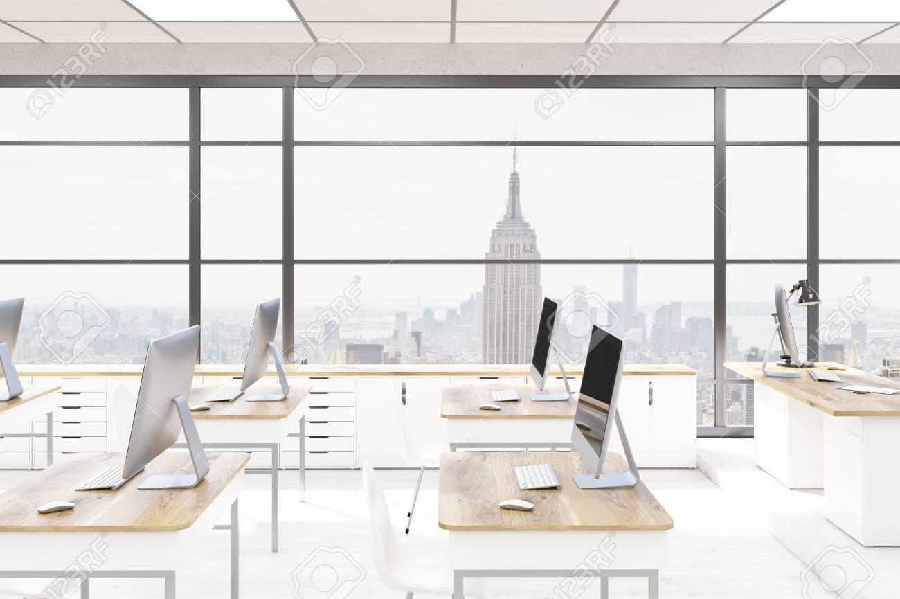 Interior Laboratorio De Computación De Oficina. Los Ordenadores De ...