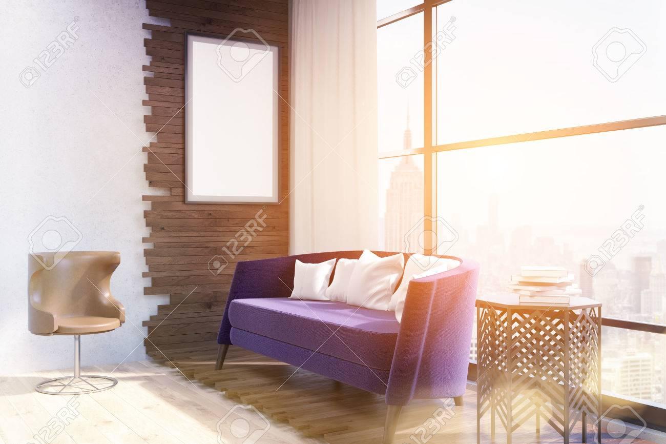 Vue Du Salon Moderne De New York Canape Violet Au Centre Table Basse Et Fauteuil Au Sol Grande Fenetre Affiche Sur Un Mur En Bois Concept