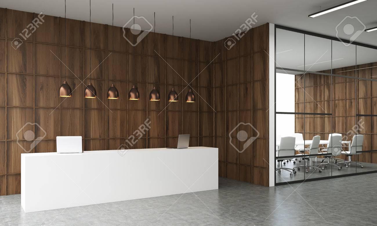 intérieur office. grande table de réception par côté de la salle de