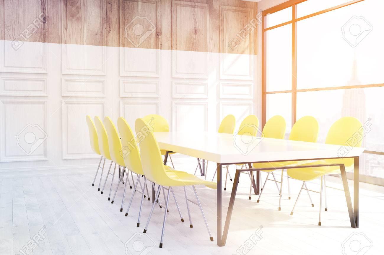 salle de réunion moderne à new york. grande fenêtre, table et
