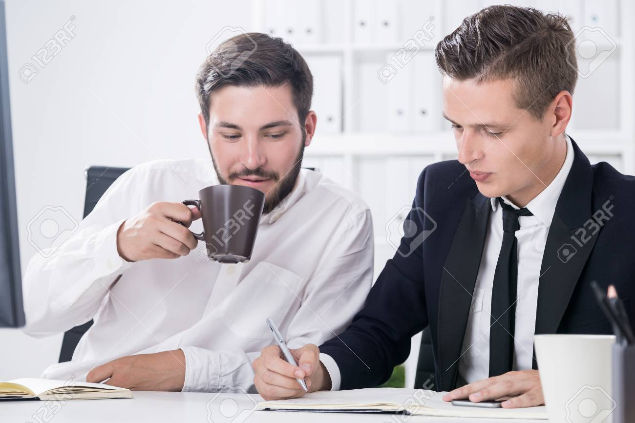 Deux hommes d affaires travaillant au bureau dans l intérieur de