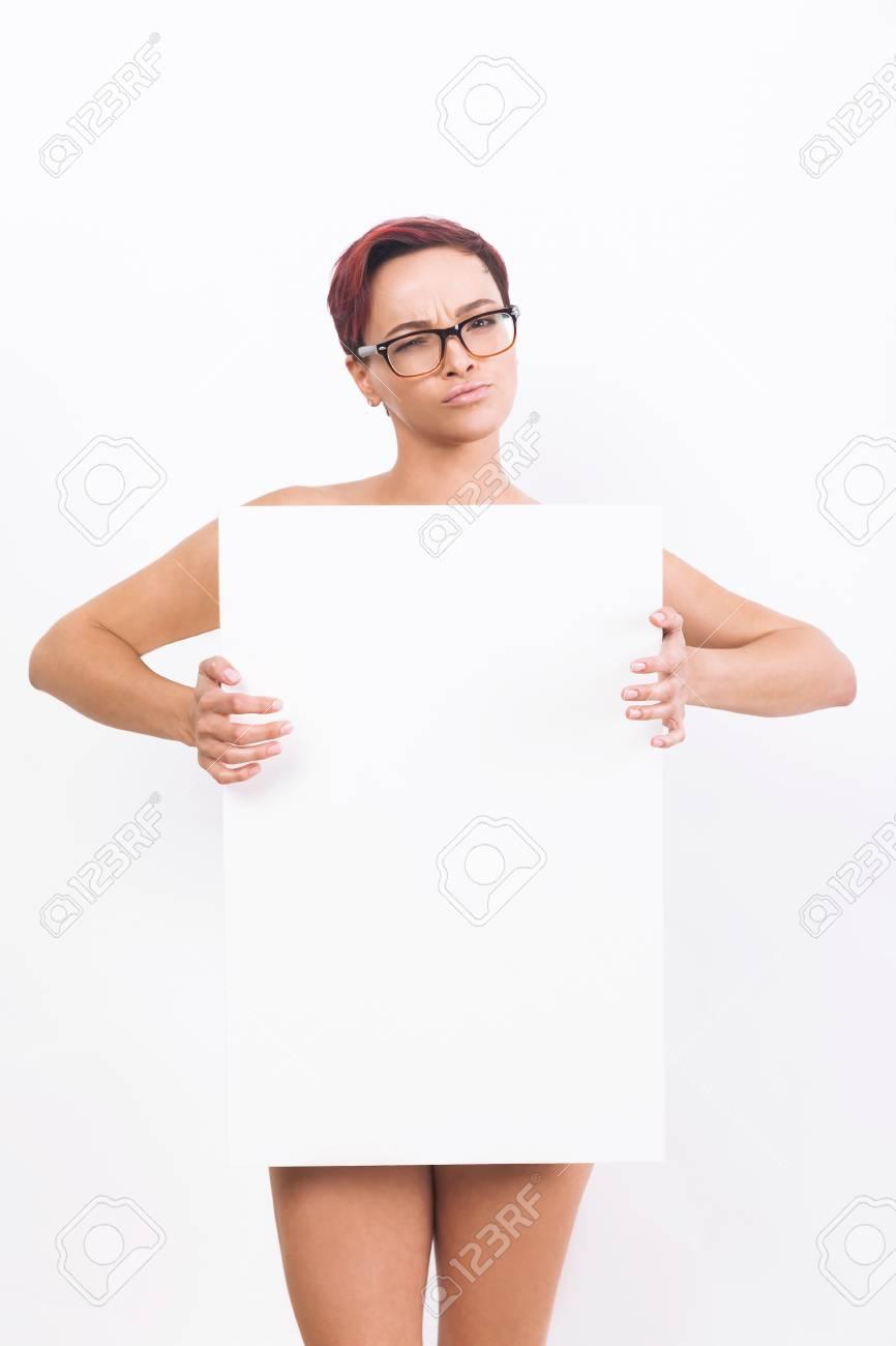 Weißes Mädchen zeigt ihren Körper