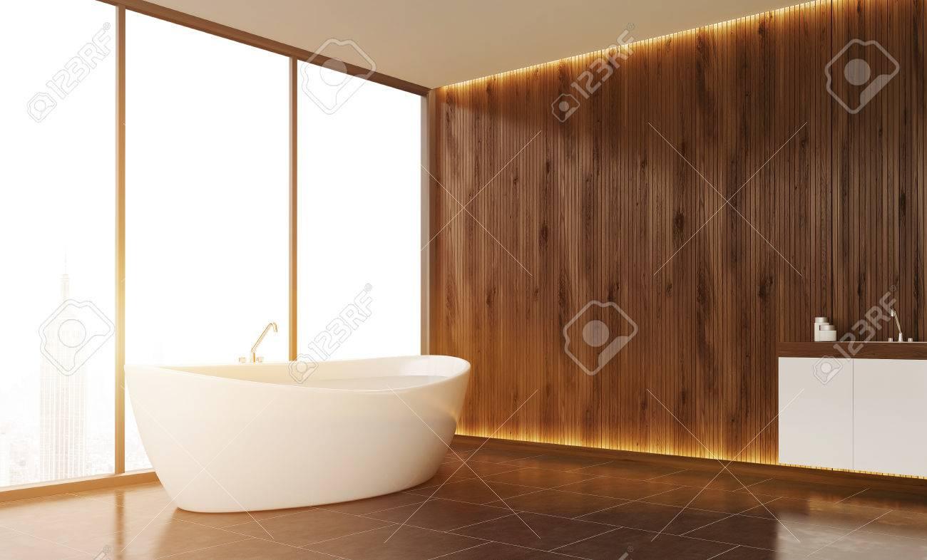 Badezimmer Interieur Mit Holzwand, Panoramafenster Mit Blick In New York  Und Fliesenboden. Weiße