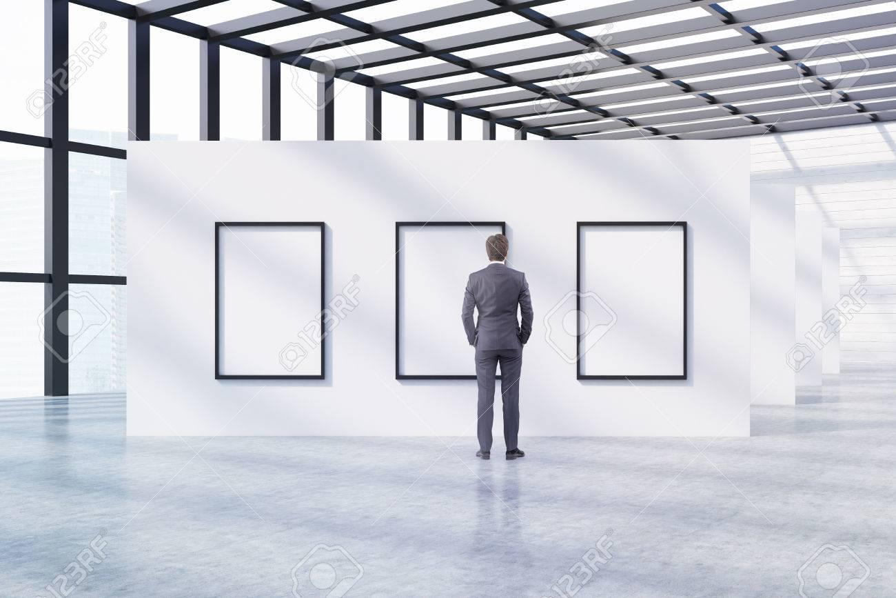 Hombre En Busca De Cuadros En Exposición En El Museo. Piso De ...