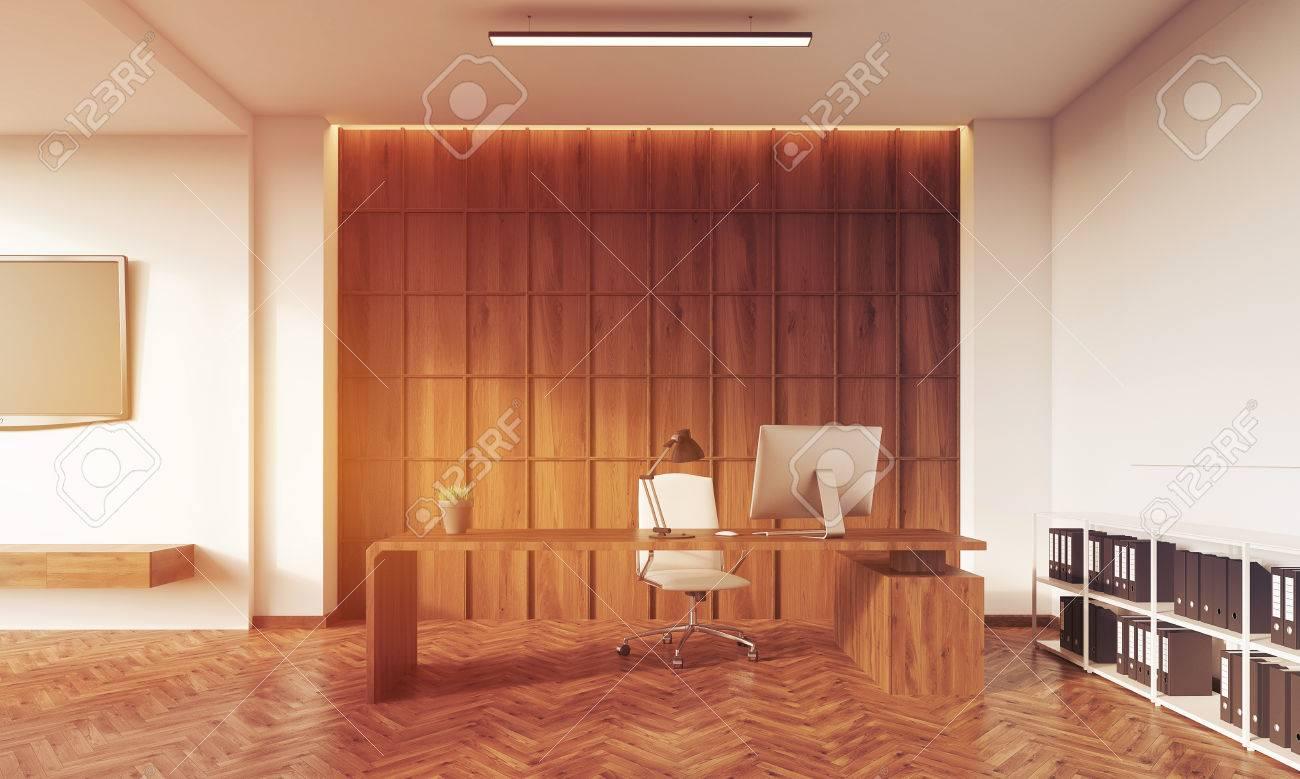 Chambre avec mur en bois une table avec bureau étagères blanches