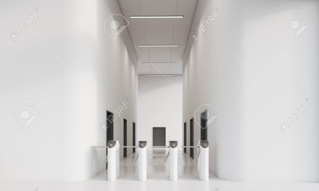 Schwarze Türen drehkreuze im büro mit weißen wänden. mehrere schwarze türen im