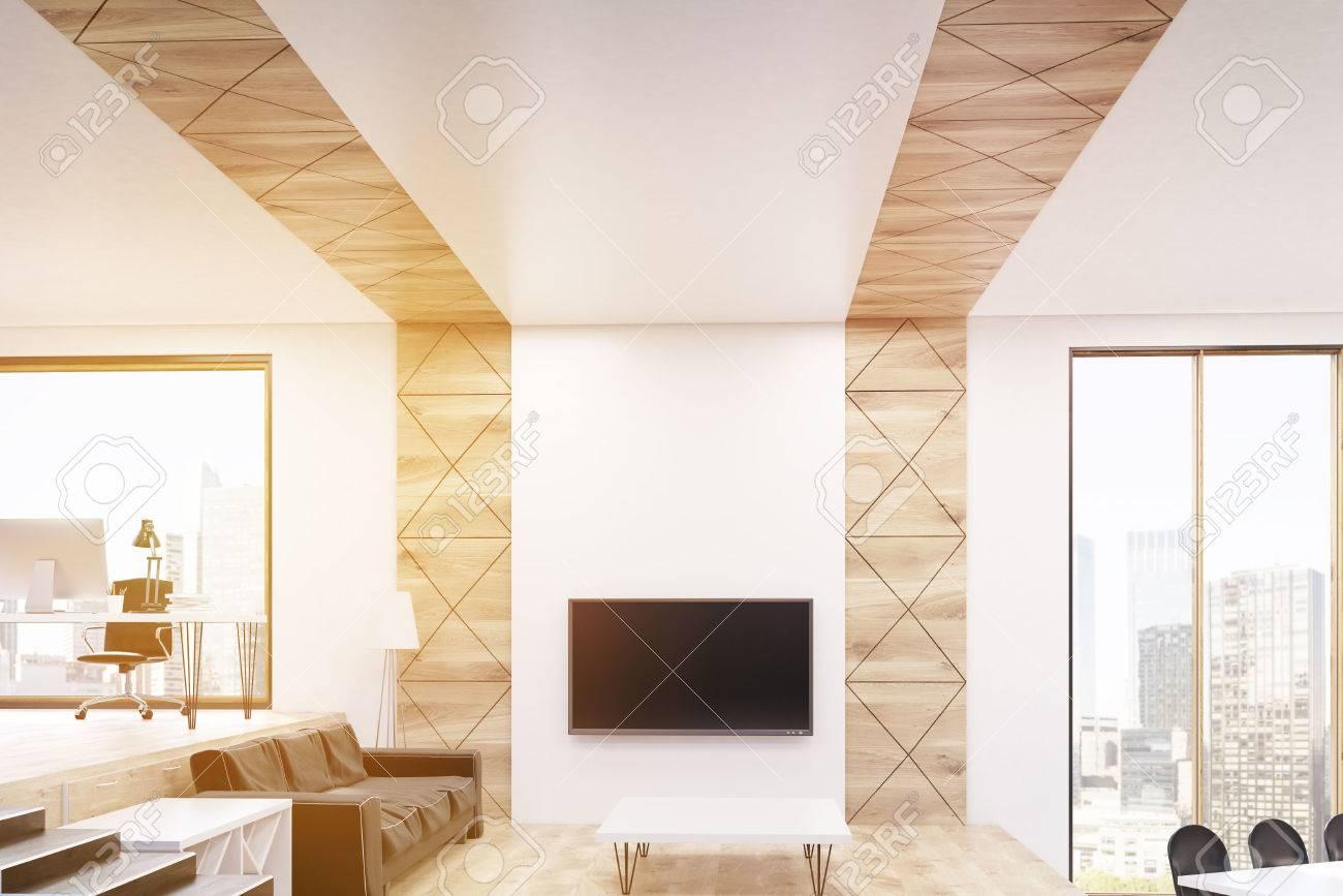 Angolo Tv Moderno area di sosta nel moderno monolocale con tv e un grande divano in pelle.  home office è sul lato sinistro. angolo cottura è in quella giusta.  concetto
