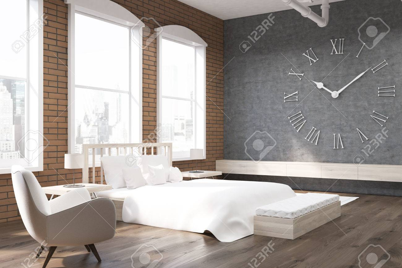 Close Up Von Schlafzimmer In New York Mit Großen Uhr Auf Graue Wand ...