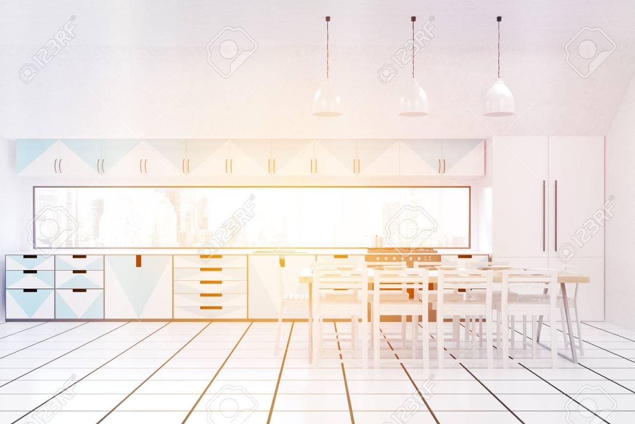 Frontansicht Des Modernen Sonnigen Küche Interieur Mit Weißen Wänden ...